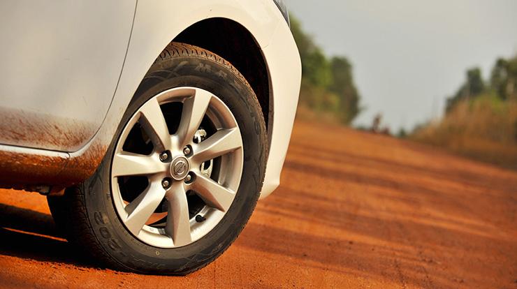 Nissan Sunny bánh xe