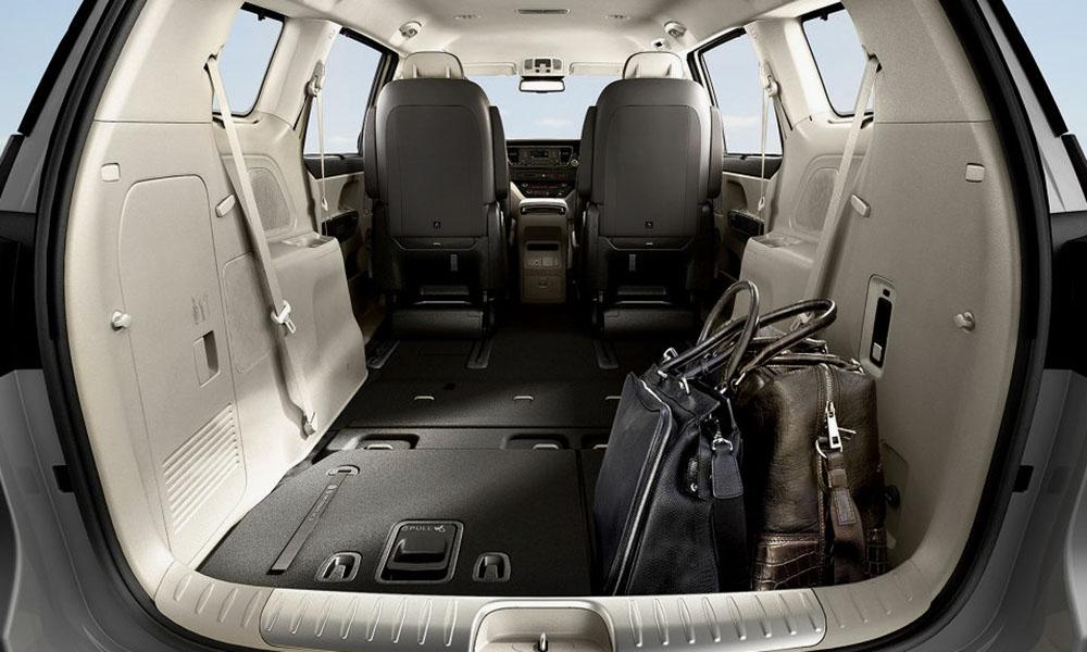 Hàng ghế thứ 2 và 3 của Kia Sedona có thể gập lại làm tăng thể tích khoang hành lý đáng kể