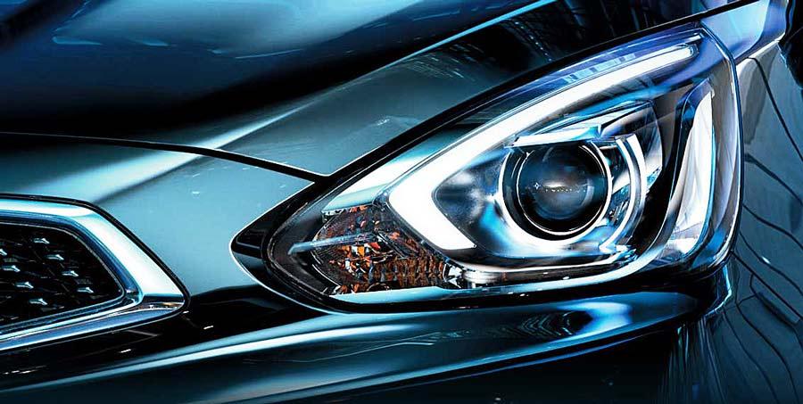 Để lại ấn tượng ở phần đầu xe là cụm đèn pha HID dạng thấu kính