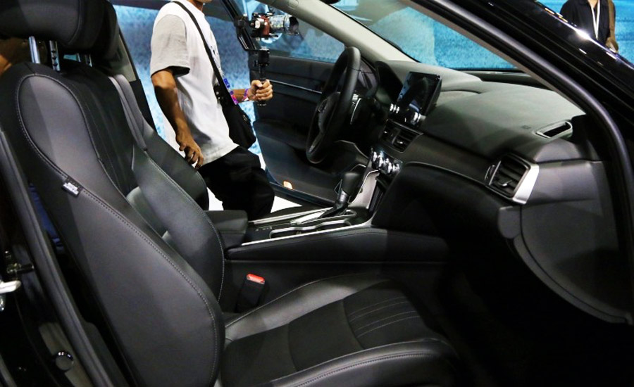 Ghế được bọc da với hàng ghế lái chỉnh điện 8 hướng và bơm lưng 4 hướng