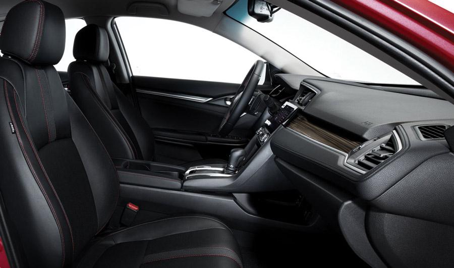 Bước vào cabin lái, bạn sẽ ngay lập tức ấn tượng bởi sự kết hợp hoàn hảo giữa màu sắc, đường nét thiết kế cá tính và chất liệu nội thất cao cấp. Khi niềm hứng khởi đã sẵn sàng, hãy bắt đầu hành trình cùng Civic với những công nghệ giao tiếp thông minh thời thượng.