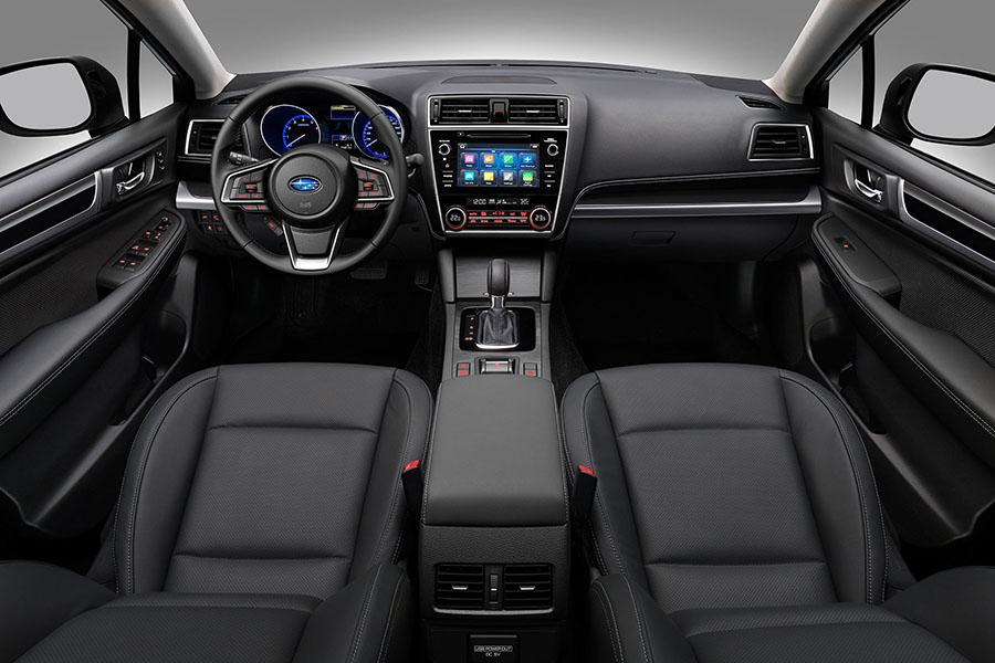 Vô lăng và bảng điều khiển trung tâm trên Subaru Outback