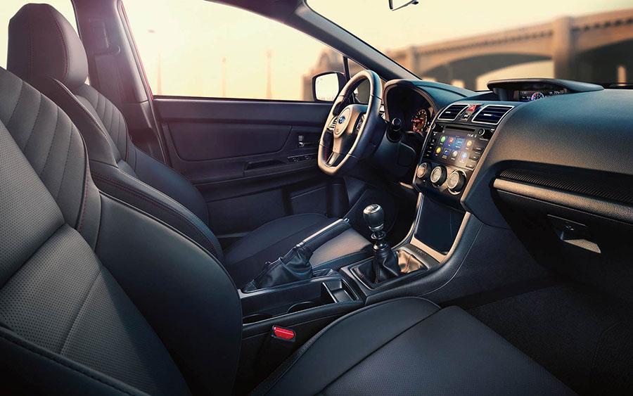 Vô lăng và bảng điều khiển trung tâm của Subaru WRX hiện đại