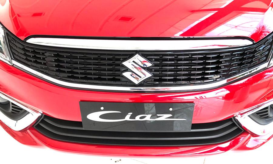 Lưới tản nhiệt trước mạ chrome & logo Suzuki