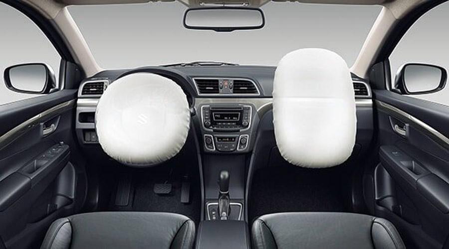 Hai túi khí phía trước giúp giảm lực tác động vào phần đầu và ngực, bảo vệ tối ưu người lái trong những tình huống va chạm.