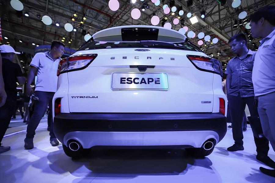 Ford Escape duoi xe