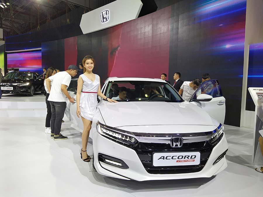 Vẻ đẹp nhẹ nhàng bên cạnh Honda Accord hoàn toàn mới