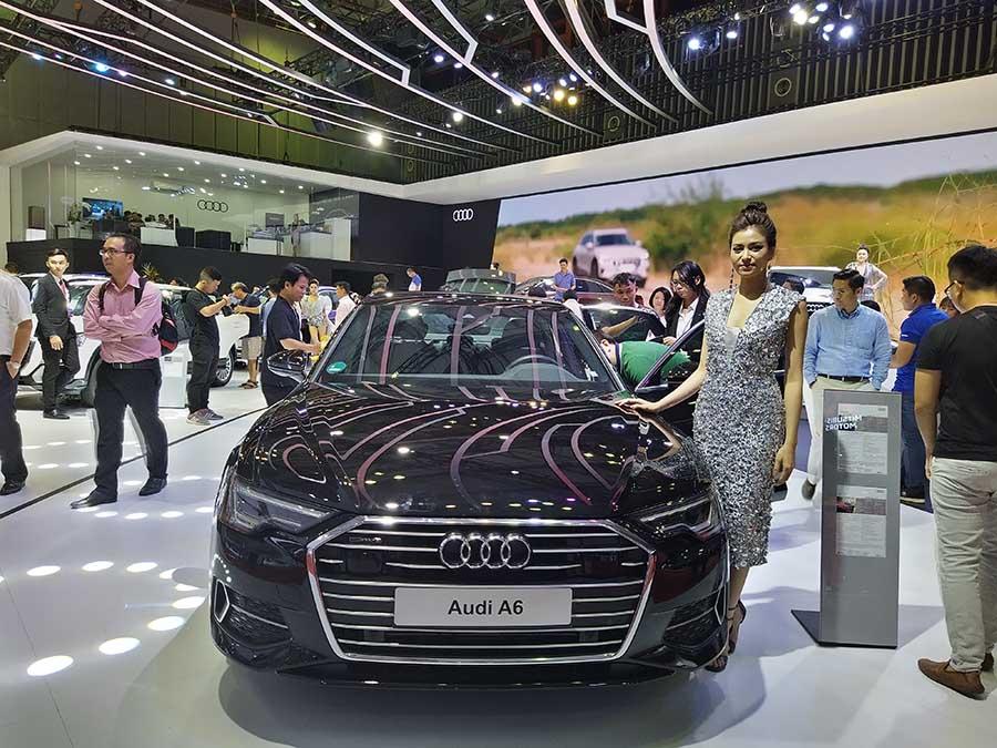 Người mẫu bên cạnh Audi A6 mang đến sự lôi cuốn mạnh mẽ theo cách riêng