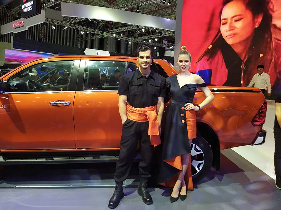Cặp đôi hoàn hảo cùng phong cách mạnh mẽ bên cạnh Toyota Hilux