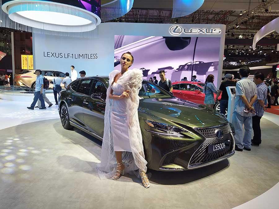 Đẹp và đẹp cùng nhau sánh đôi tại gian hàng Lexus