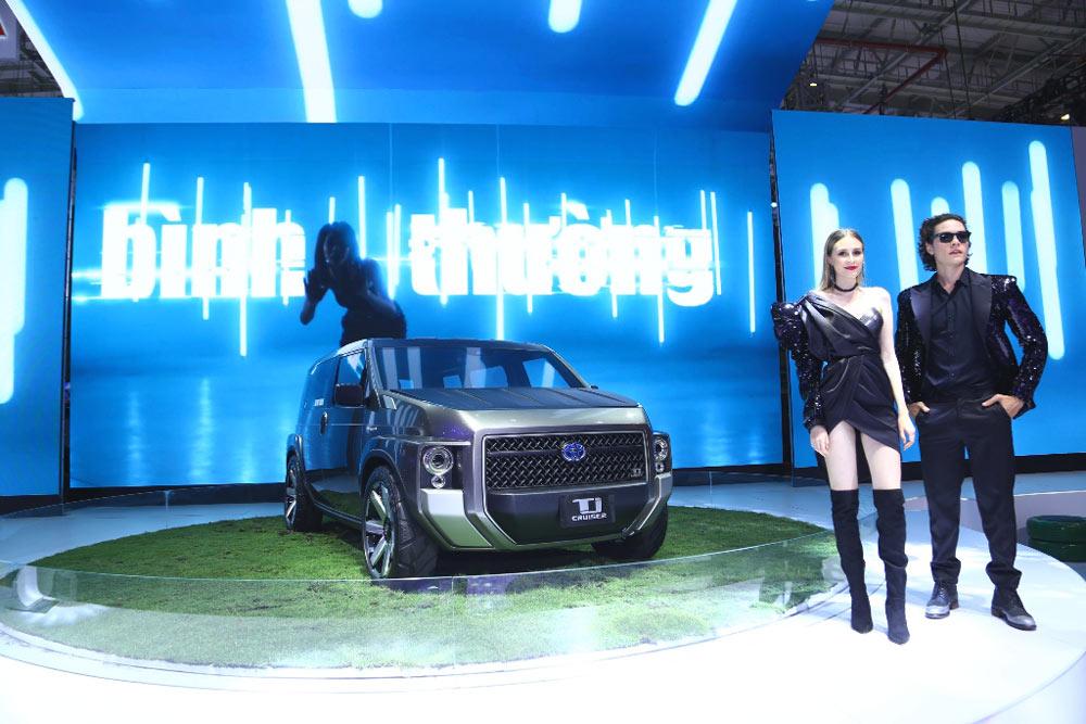 Sử dụng động cơ Hybrid 2.0L nên rất thân thiện với môi trường, phù hợp với cuộc sống tương lai. Hình ảnh logo Hybrid bằng kim loại nổi trên thân xe.