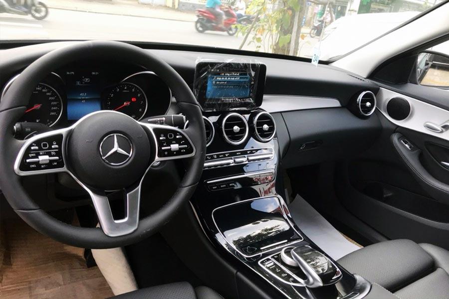 Nội thất khoang lái Mercedes-Benz C Class