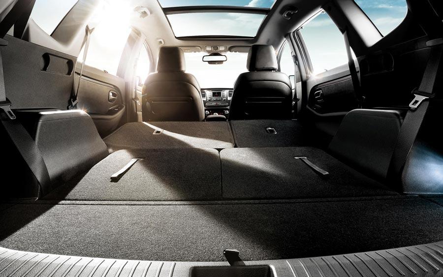 Peter Schreyer, nhà thiết kế tài năng của Kia đã trau chuốt từng chi tiết cho mẫu xe Kia Rondo, từ không gian lái, tính linh hoạt, tiện dụng đến khoang hành khách rộng rãi, hướng đến mẫu xe đa dụng phù hợp cho mọi nhu cầu sử dụng của khách hàng.