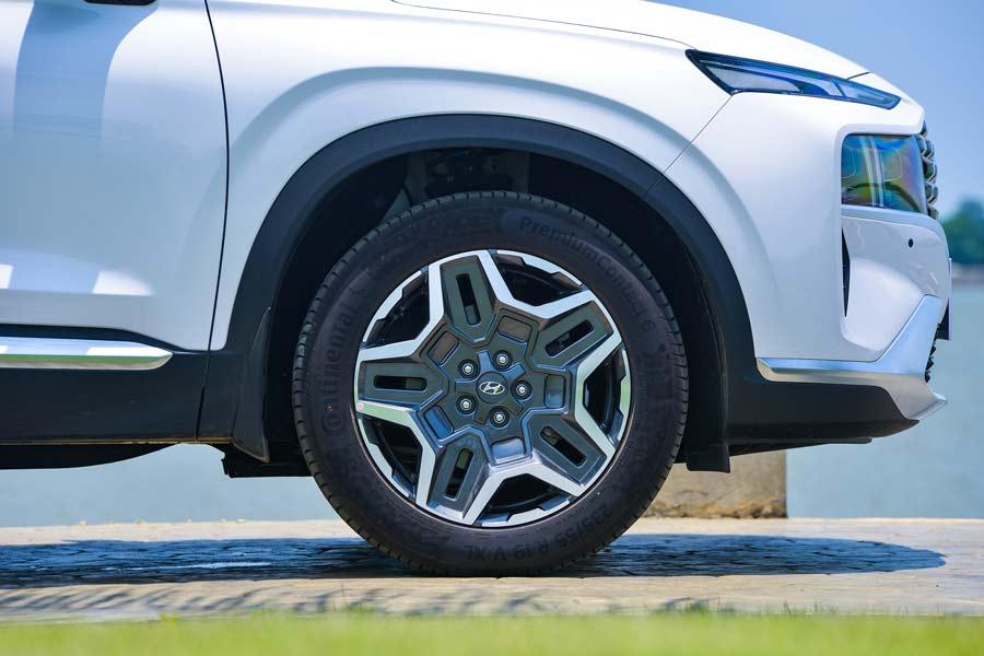 Thiết kế La zăng mới đột phá vành 18 inch trên phiên bản tiêu chuẩn (thường) và vành 19 inch trên phiên bản cao cấp và đặc biệt