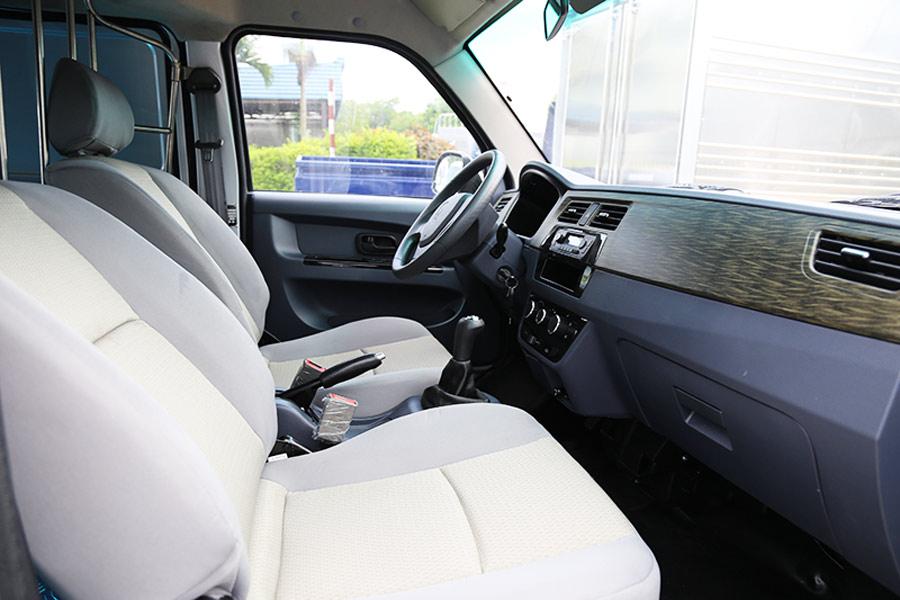 Khoang nội thất xe tải DongBen X30 khá rộng rãi & thoải mái