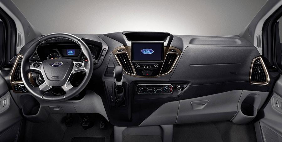 Không gian khoang lái & Bảng điều khiển trung tâm trên xe Ford Tourneo