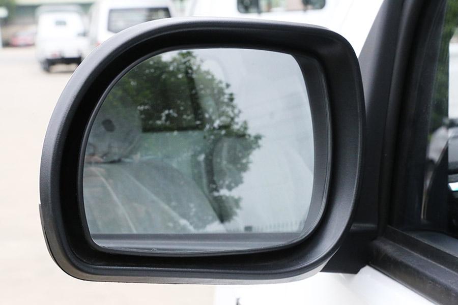 Gương chiếu hậu có góc quan sát rộng.